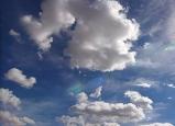 الطقس - اجواء حارة وفرصة لهطول زخات خفيفة متفرقة