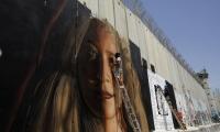 فنانون يرسمون لوحة لعهد التميمي على جدار بيت لحم