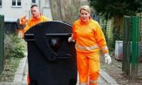 وزيرة ألمانية تجمع القمامة من أمام منازل المواطنين!