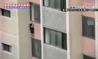 فيديو لسقوط طفلة من الطابق السادس أثناء لعبها