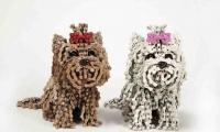 مصممة أزياء تصمم كلابًا منحوتة بواسطة قطع غيار الدراجات