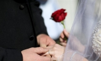 """حقيقة..إحداهن تزوجت في سن الـ ٢٢ ٬ خوفا من أن """"يفوتها القطار…."""