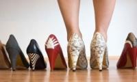 المرأة ترتدي ربع الأحذية التي تمتلكها