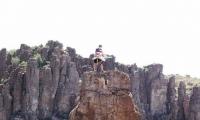 شاب مجنون يصعد الى قمه الجبال من اجل ؟؟؟