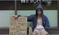 ردة فعل المارة على متسول يريد المال لشراء المخدرات