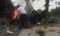 بطل حقيقي ينقذ شخصا من سيارة تحترق