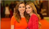 كارمن سليمان تحير جمهورها بصورة جديدة مع شقيقتها