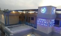 ابعاد شابين 15 يوما عن جسر الزرقاء بعد محاولتهما انزال علم اسرائيل عن بناية مركز الشرطة