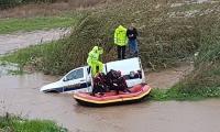 تخليص عائلة جرفتهم المياه داحل سيارة قرب باقة الغربية