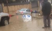 صور - غرق شارع في باقة الغربية وتدفق المياه داخل سيارات