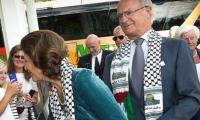 هجوم اسرائيلي على ملك السويد لقبوله هدية عبارة عن كوفية فلسطينية