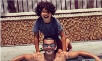 خالد النبوي يلهو مع ابنه في حمام السباحة