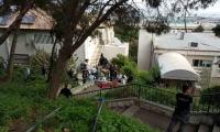 حيفا: شخص يهاجم شرطيًا بمنشار ويدخل إلى بيت ويعتدي على مسنين ويهرب