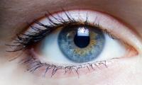 تقنية جديدة تحول العيون الداكنة إلى زرقاء