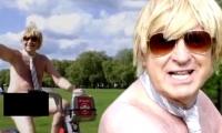 صور - نائب بريطاني يقود دراجته عارياً!