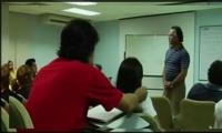 فيديو| طالب يلعب بشعر زميلته..فيتلقى عقابه!