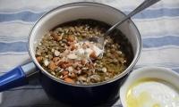 حساء العدس مع اليوغورت واللوز المفروم