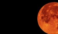 ظاهرة فلكية نادرة غدًا: القمر الدموي في أطول خسوف بالقرن الـ21