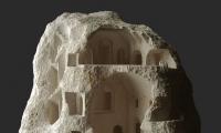 فنان مبدع يحفر في الصخر والحجر بشكل مذهل