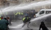 فرنسا تبحث إعلان حالة الطوارئ بسبب