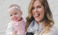طفلة تمدّ لسانها داخل رحم والدتها… وبعد ولادتها!