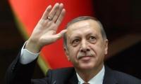 أردوغان يصل تونس ويرفع إشارة