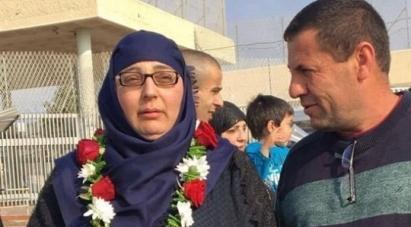 وفد لجان المرأة الفلسطينية القدس بقيادة عبلة سعدات يهنئون الأسيرة المحررة لينا الجربوني في عرابة